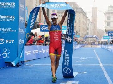 Mario Mola gana la séptima prueba del Mundial de Triatlón en Hamburgo