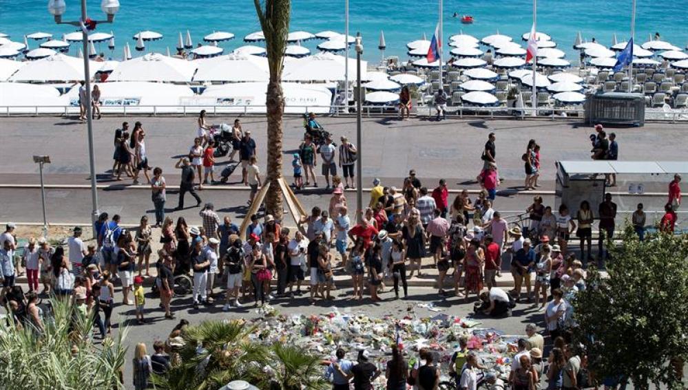 El Paseo de los Ingleses de Niza, convetido en un altar improvisado.