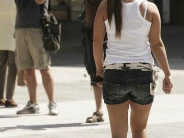 Una mujer con pantalón corto