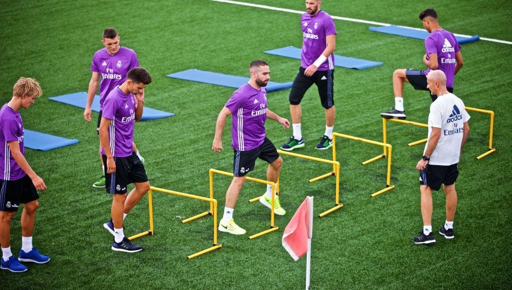 Antonio Pintus, el nuevo preparador físico del Real Madrid, vigila un ejercicio