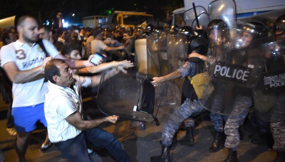 Enfrentamientos entre radicales y Policía en Armenia.
