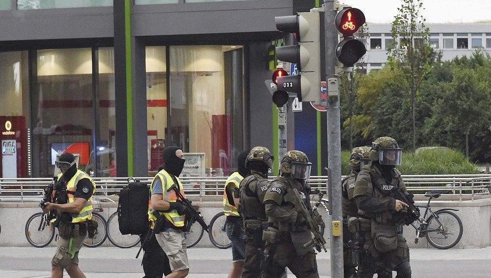 Policías de las Fuerzas Especiales se aproximan a lugar del tiroteo registrado en un centro comercial en Múnich, Alemania