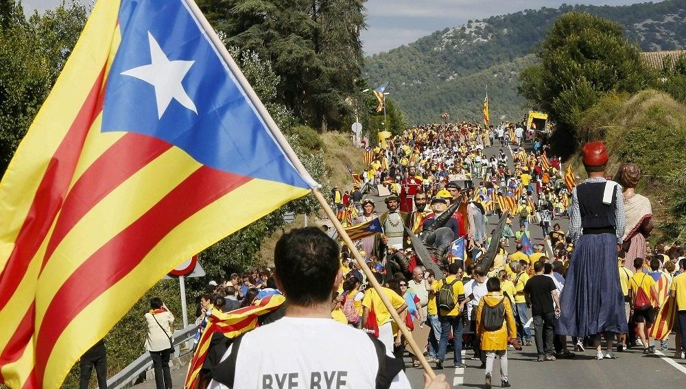 Un hombre porta una bandera independentista