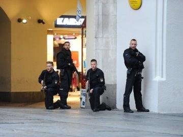 Policías de las Fuerzas Especiales aseguran el exterior del hotel Stachus tras el tiroteo registrado en un centro comercial en Múnich, Alemania