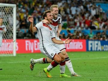 Götze y Schurrle celebran el gol de la victoria de Alemania en el Mundial de Brasil