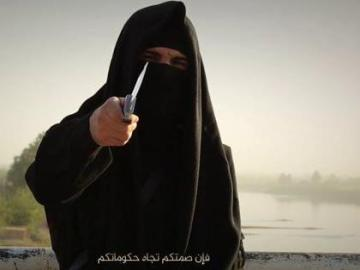 Un miembro de Daesh amenazando con un cuchillo (Archivo)