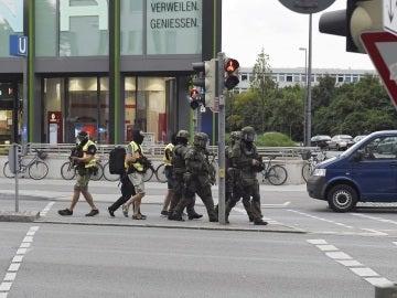 Miembros de las fuerzas especiales de la policía se aproximan al centro comercial de Alemania