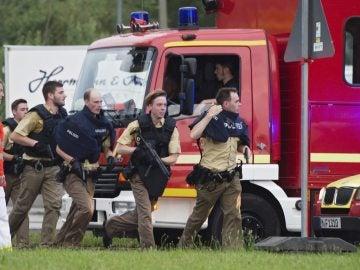 Numerosos agentes de la policía corren hacia el centro comercial de Múnich