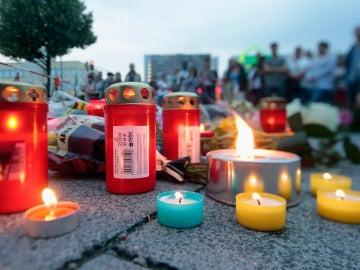 Las flores y los mensajes de condolencia reposan en el lugar del tiroteo de Múnich
