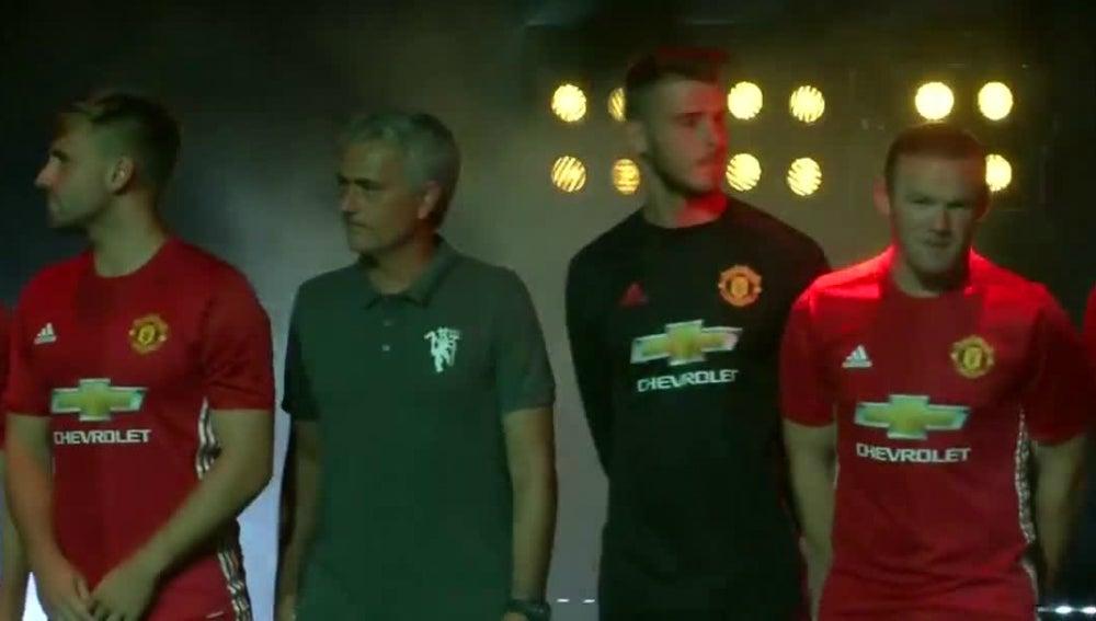 El Manchester United de Mourinho presenta su equipación en China
