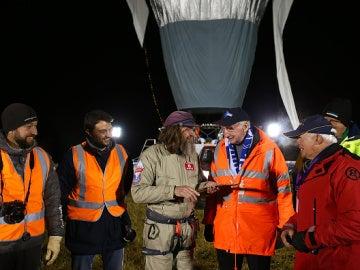 Fedor Konyukhov con su equipo tras aterrizar en Australia