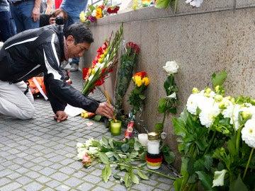 Depositan flores en el lugar del tiroteo