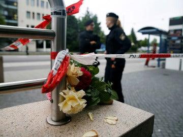 Un ramo de flores en homenaje a las víctimas del tiroteo en Múnich