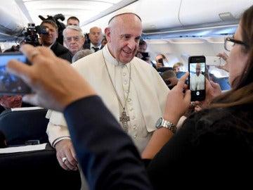 El Papa Francisco en el avión camino de Polonia