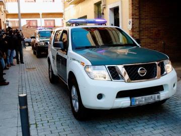 Un vehículo de la Guardia Civil traslada a un detenido en una de las últimas operaciones contra el yihadismo.