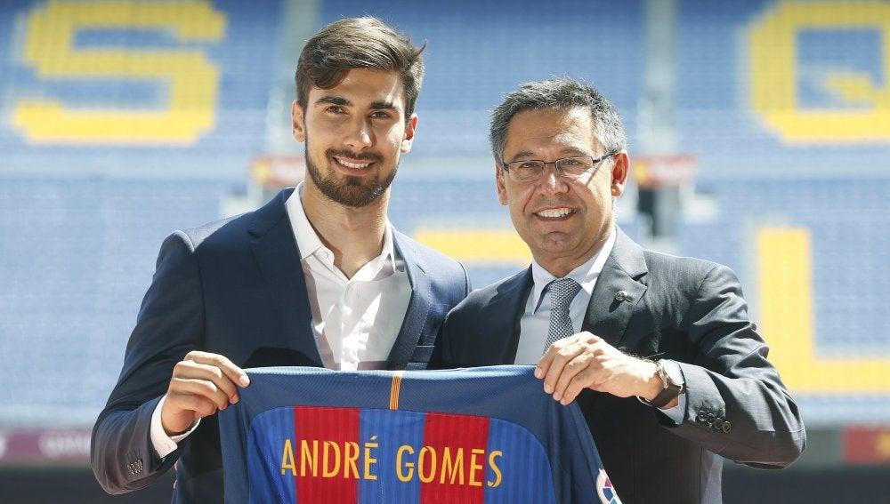 André Gomes posa con la camiseta del Barcelona junto a Bartomeu