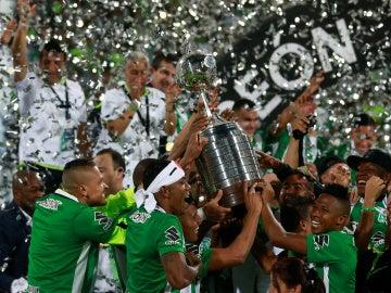Los jugadores de Nacional de Medellín levantan la Copa Libertadores