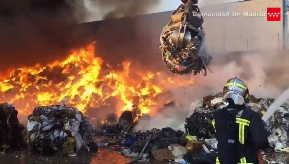 Frame 14.886553 de: Controlado un aparatoso incendio en una nave de Arganda (Madrid)