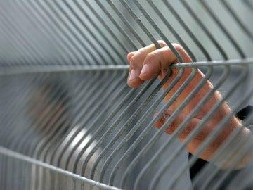 Un hombre en una celda