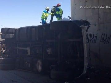 Frame 4.73939 de: Fallece el conductor de un camión tras estrellarse contra un puente
