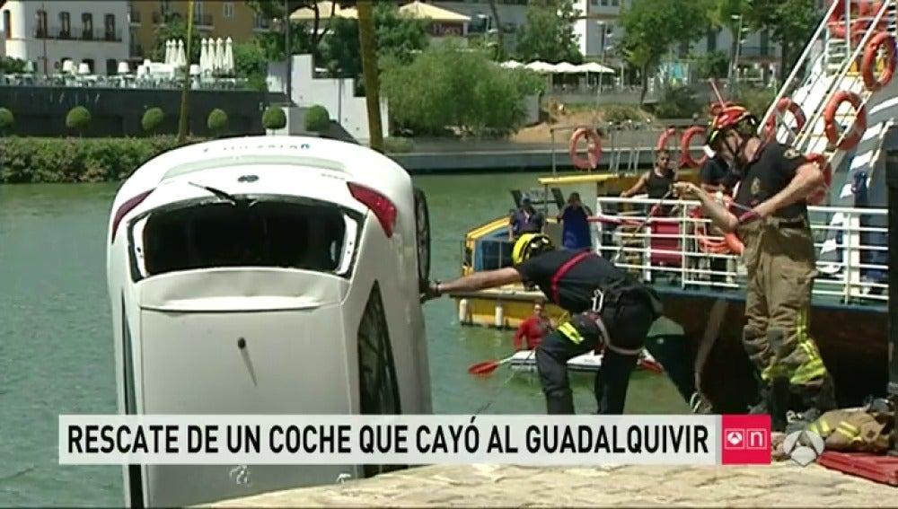 Rescate de un coche en el Guadalquivir