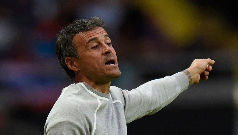 Luis Enrique da indicaciones en el duelo ante el Leicester