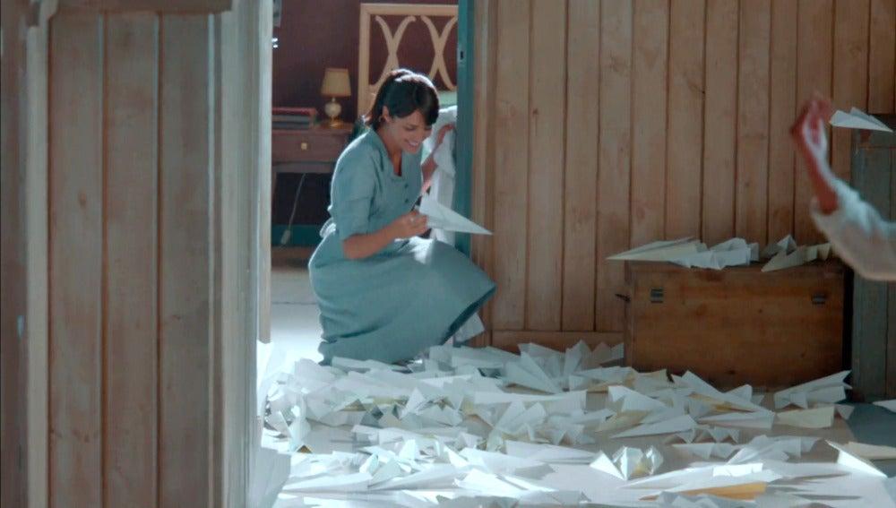 Alberto hace a Ana volar sobre aviones de papel