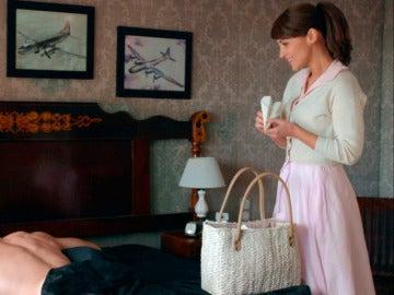 Ana intenta sorprender a Alberto con aviones de papel