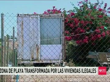 Barracones ilegales en la playa de El Palmar