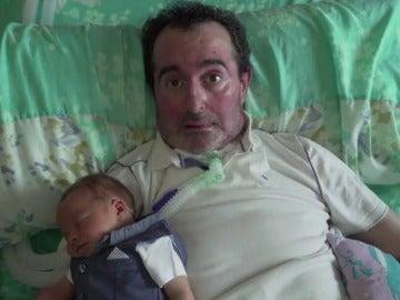 Frame 72.445297 de: Un padre enfermo ve desde su casa como nace su hijo en un hospital