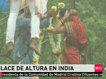 Frame 9.093314 de: Una pareja india se casa a 90 metros de altura