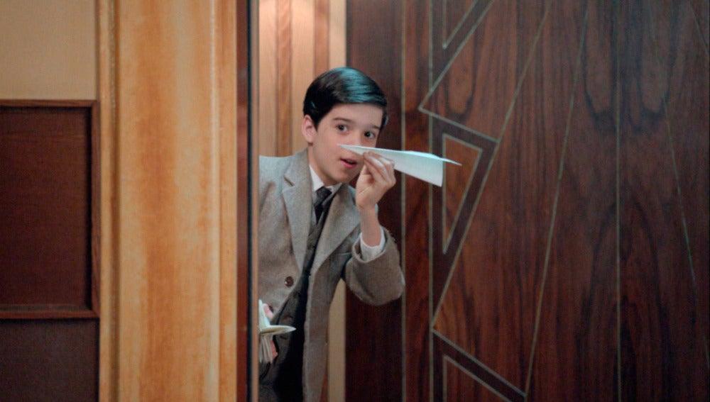 Alberto lanza el primer avión de papel a Ana