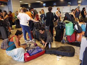 Viajeros mexicanos permanecen en el aeropuerto madrileño de Barajas