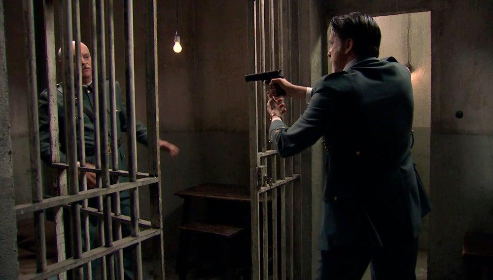 Tomás consigue huir y corre para salvar a su familia