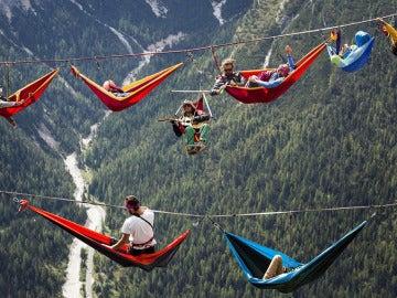 'Highliners' disfrutando a miles de metros de altura en el festival Highline Meeting.
