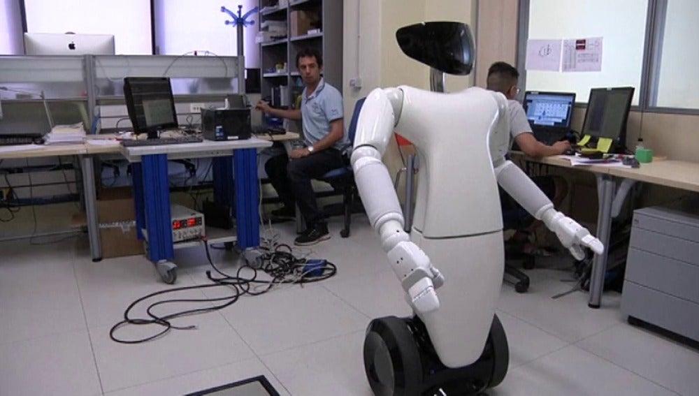 Frame 34.480502 de: Un robot mayordomo destinado a echar una mano en casa