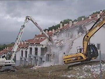 Frame 37.151092 de: Comienza el derribo de 214 viviendas ilegales en el litoral de Cantabria