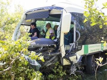 Un muerto y 17 heridos tras chocar un coche y un autobús en Málaga