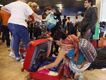 Viajeros mexicanos permanecen en el aeropuerto madrileño de Barajas, algunos desde hace más de quince días