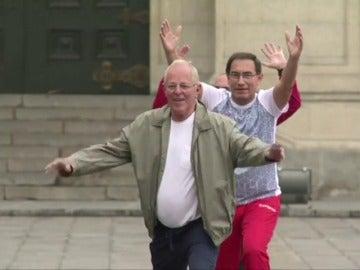 Frame 33.483195 de: El presidente de Perú pone a sus ministros a hacer gimnasia en su primera reunión de Gobierno