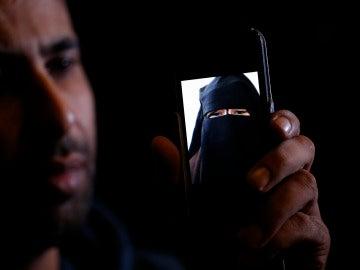 """Arrestan a 6 jóvenes por violar a una menor marroquí que terminó suicidándose """"a lo bonzo"""" tras ser chantajeada con el vídeo de su agresión"""
