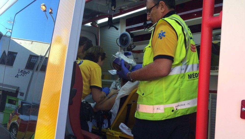 Operarios del Samur atiende a la mujer y a su bebé