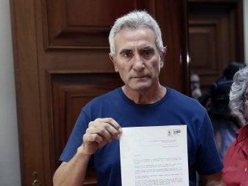 El diputado de Unidos Podemos Diego Cañamero, entrega en el registro del Congreso el escrito en el que renunció ante notario al aforamiento