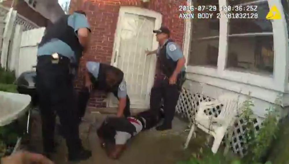 Instantes del incidente en el que dispan y matóan a Paul O'Neal. Policía de Chicago, EEUU