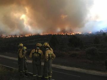 El incendio arrasa desde el miércoles la isla canaria de La Palma ha llegado a las cumbres de la dorsal que separa la vertiente occidental de la oriental y ha entrado en el municipio de Villa de Mazo