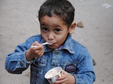 Un niño desfavorecido disfruta de su helado solidario