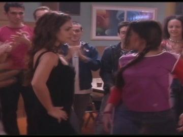 Lola y Silvia se retan en un baile
