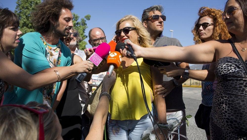 Maite Zaldívar saliendo de prisión.