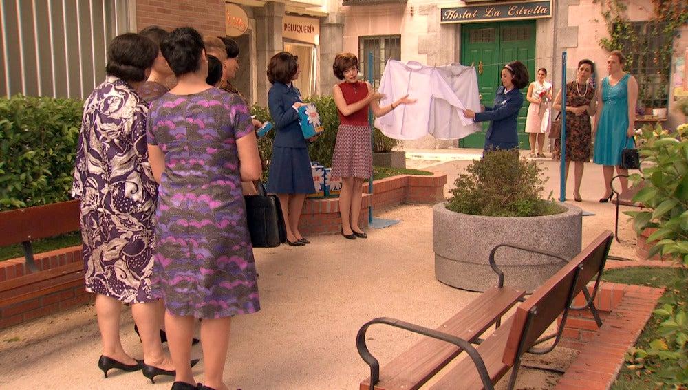 María hace promoción de su detergente en el   barrio