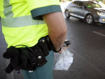 Un agente de la Guardia Civil, durante la campaña de control del consumo de alcohol y drogas.